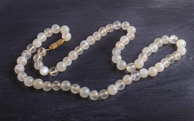 Perle colorate agata su uno sfondo nero
