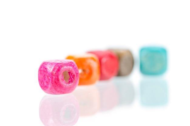 Perle di legno colorate isolate
