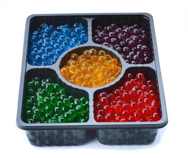 Perle di vetro gelatina sul vassoio