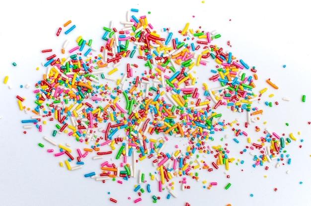 Perle, granelli e confetti per la decorazione della torta sparsi isolati