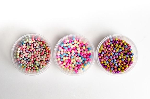 Perle, grani e confetti colorati commestibili isolati