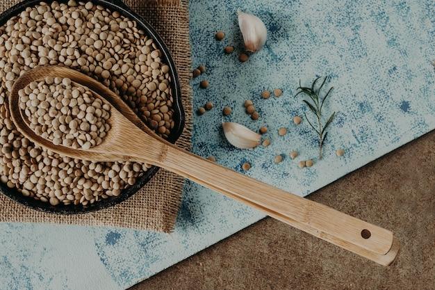 Perline di lenticchie. grani di lenticchie in ciotola e cucchiaio.