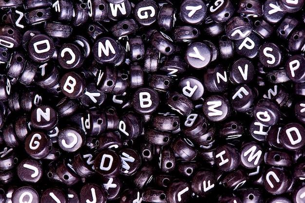 Perline nere con lettere