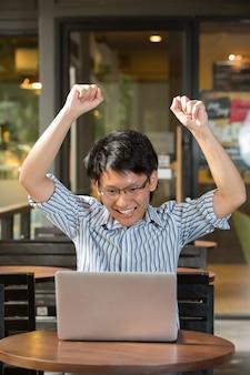 Persona asiatica che utilizza un personal computer