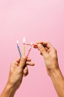 Persona che accende le candeline di compleanno