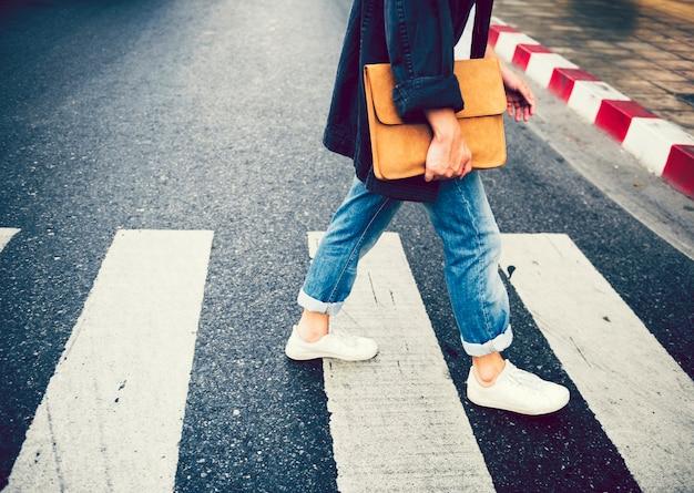 Persona che cammina attraverso la corsia pedonale