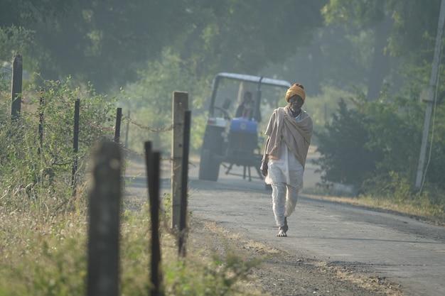 Persona che cammina davanti un trattore
