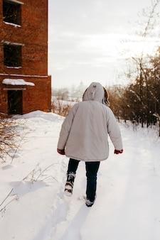 Persona che cammina nella foresta invernale