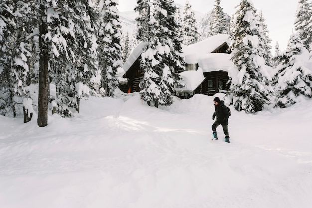 Persona che cammina nella neve