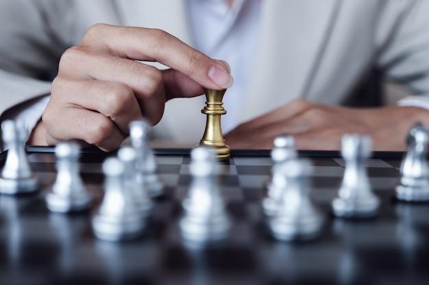 Persona che gioca a scacchi