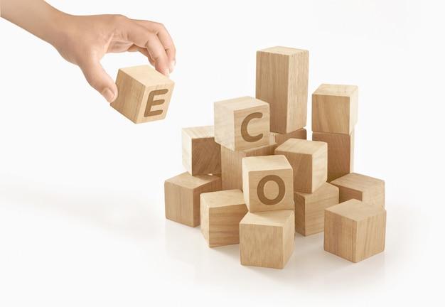 Persona che gioca con blocchi di legno