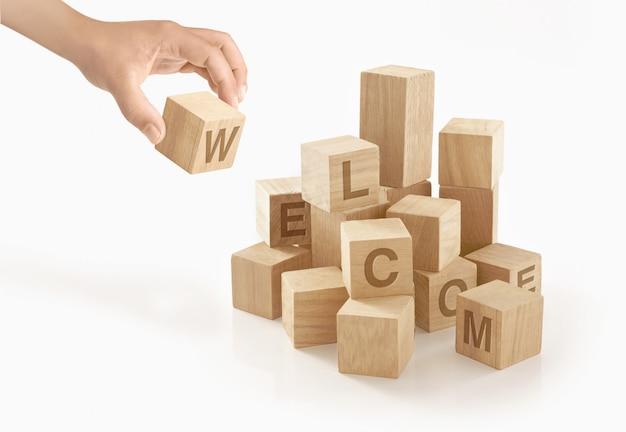 Persona che gioca con blocchi giocattolo in legno