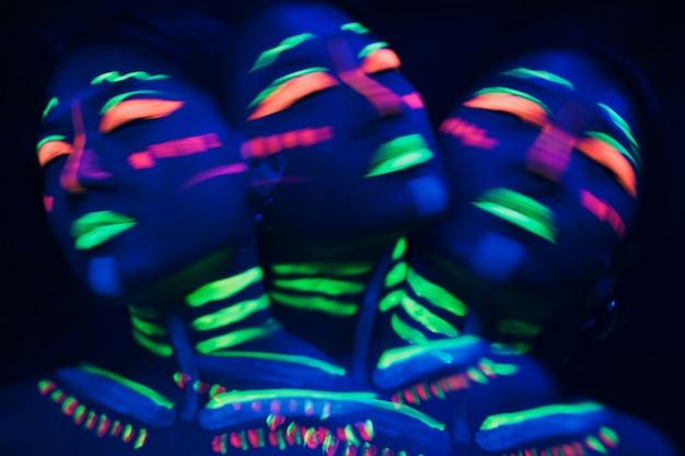 Persona che indossa un trucco fluorescente