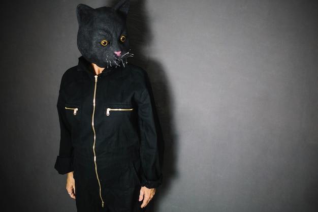 Persona che indossa una grande maschera di gatto
