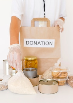 Persona che prepara la borsa con il cibo da donare