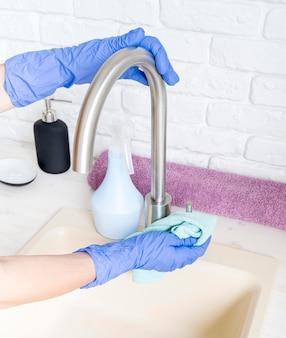 Persona che pulisce il lavandino