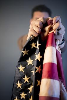 Persona che sostiene la bandiera degli stati uniti