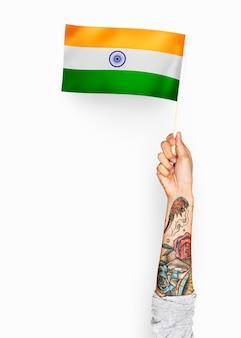 Persona che sventola la bandiera della repubblica dell'india