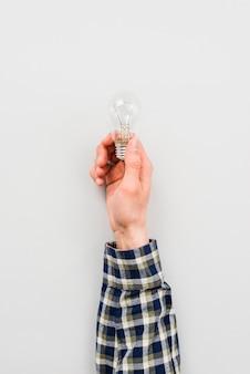 Persona che tiene la lampadina semplice