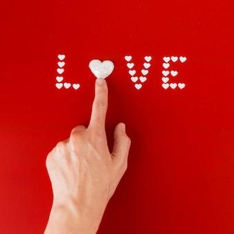Persona che tocca il cuore nell'iscrizione di amore