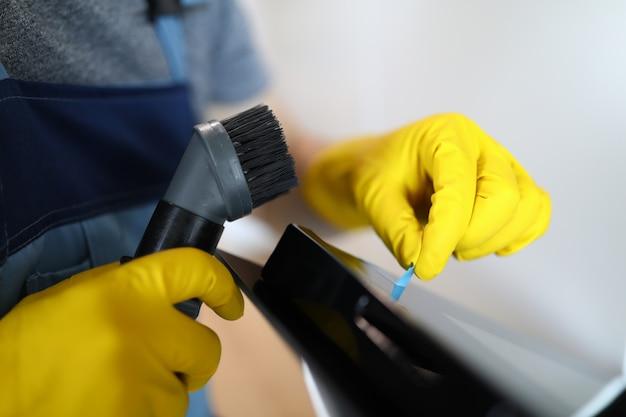 Persona dal processo di servizio di pulizia