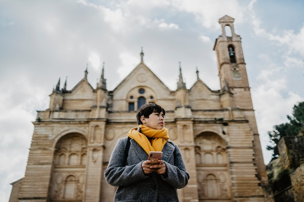 Persona davanti a una cattedrale