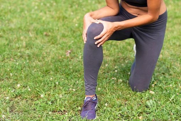 Persona del primo piano con dolore al ginocchio
