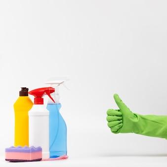 Persona del primo piano con il guanto verde che mostra approvazione