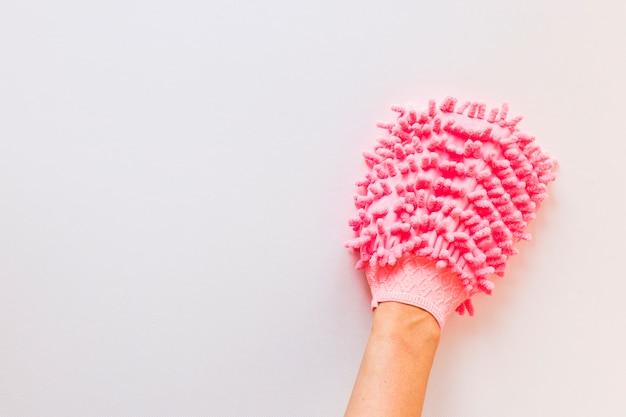 Persona del primo piano con la superficie di pulizia del panno