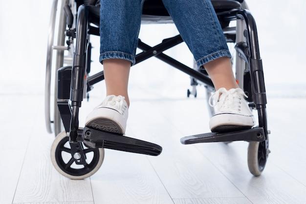 Persona del primo piano in sedia a rotelle moderna