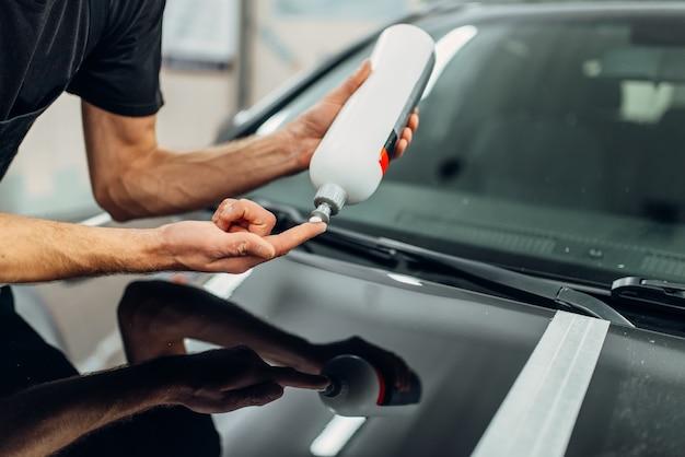 Persona di sesso maschile con pasta lucidante per auto.