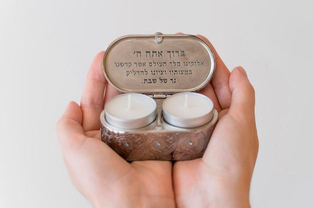 Persona in possesso di candele luce tè per la preghiera