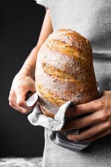 Persona in possesso di pagnotta di pane nutrizionale