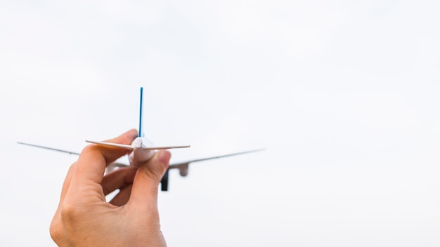 Persona in possesso di un aereo giocattolo