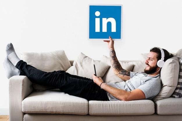 Persona in possesso di un'icona di linkedin