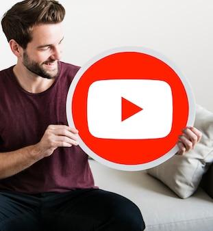 Persona in possesso di un'icona di youtube