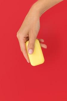 Persona in possesso di un sapone