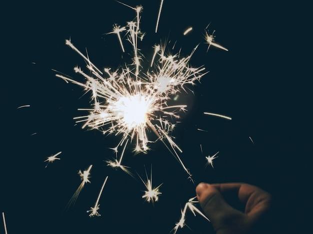 Persona in possesso di uno sparkler