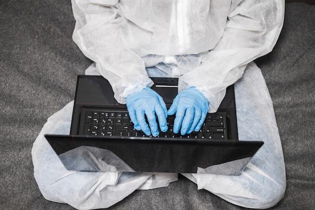 Persona in tuta protettiva, maschera medica lavoro a casa