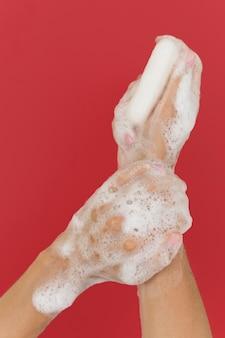 Persona lavarsi le mani con sapone