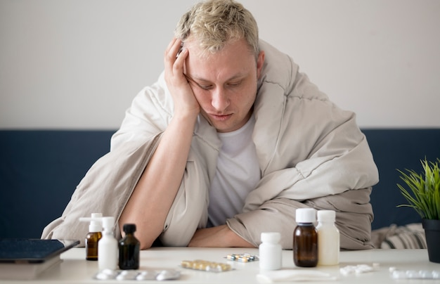 Persona malata in casa guardando il suo trattamento