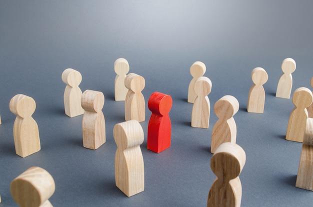 Persona rossa in mezzo alla folla. complessità / difficoltà nel determinare / definire la persona infetta