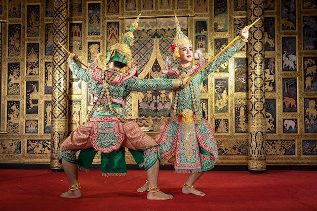 Personaggio tailandese pantomima esecuzione di una bella danza
