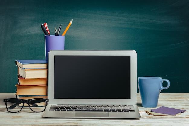 Personal computer con tazza e bicchieri