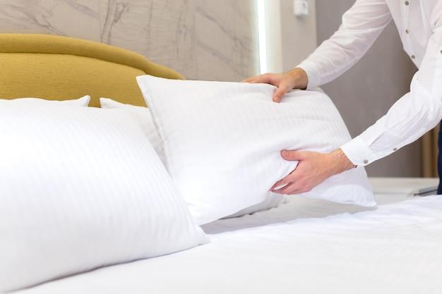 Personale dell'hotel che installa cuscino sul letto