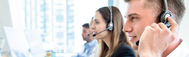 Personale dell'operatore maschio con call center funzionante in team