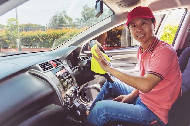 Personale di servizio auto pulizia auto con panno in microfibra