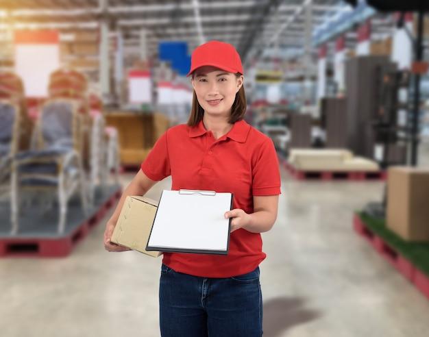 Personale femminile consegna dei prodotti firma la firma sul modulo di ricevuta del prodotto con le cassette dei pacchi