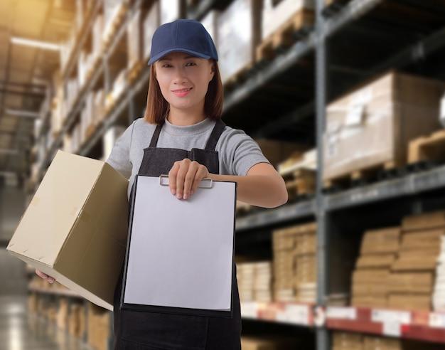 Personale femminile consegna dei prodotti firmare la firma sul modulo di ricevuta del prodotto con le cassette dei pacchi