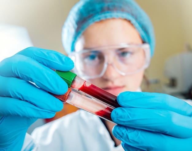 Personale medico al lavoro in laboratorio. sfondo.